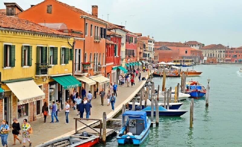 Pessoas passeando na Ilha de Murano em Veneza