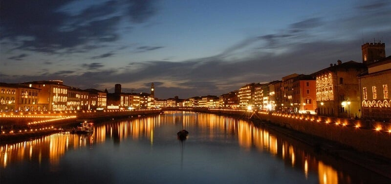 Velas na margem do Rio Arno durante festival Luminara