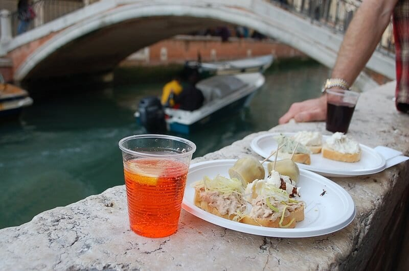 Drinks e aperitivos perto de canal de Veneza