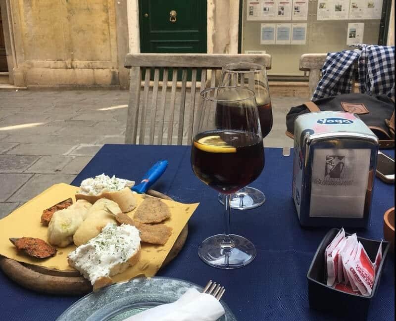 Drinks e aperitivos no Bacaro Quebrado em Veneza