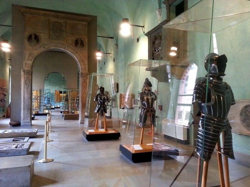 Armaduras expostas no Castelo Sforsezo