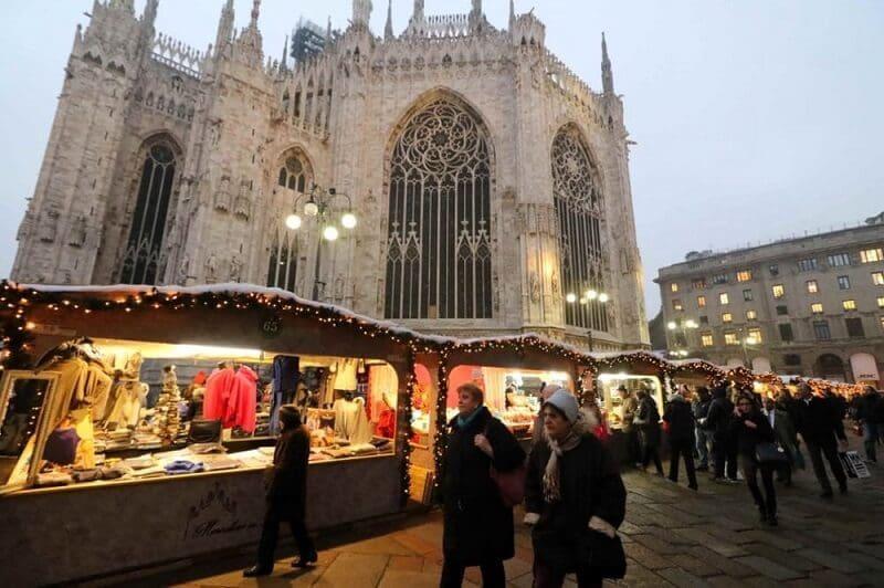 Mercado de Natal na Piazza del Duomo em Milão