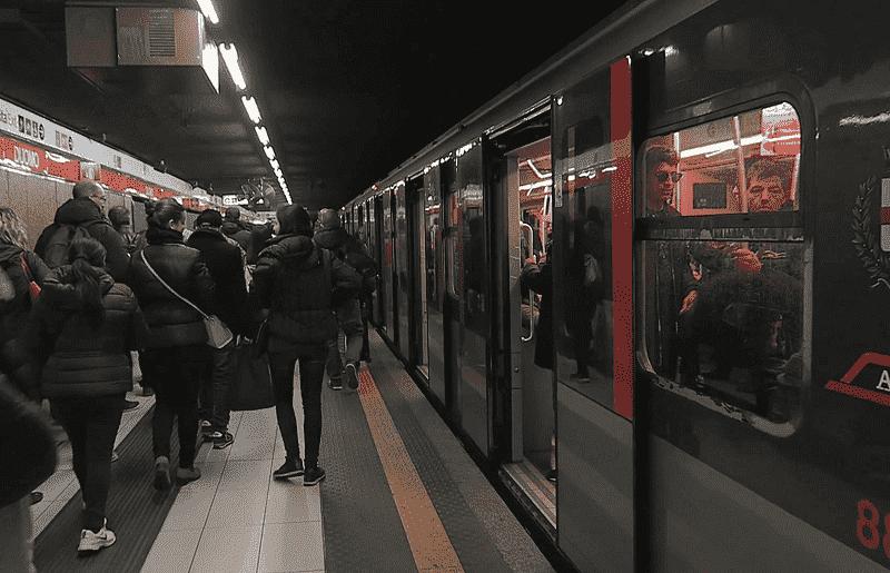 Pessoas no metrô em Milão na Itália