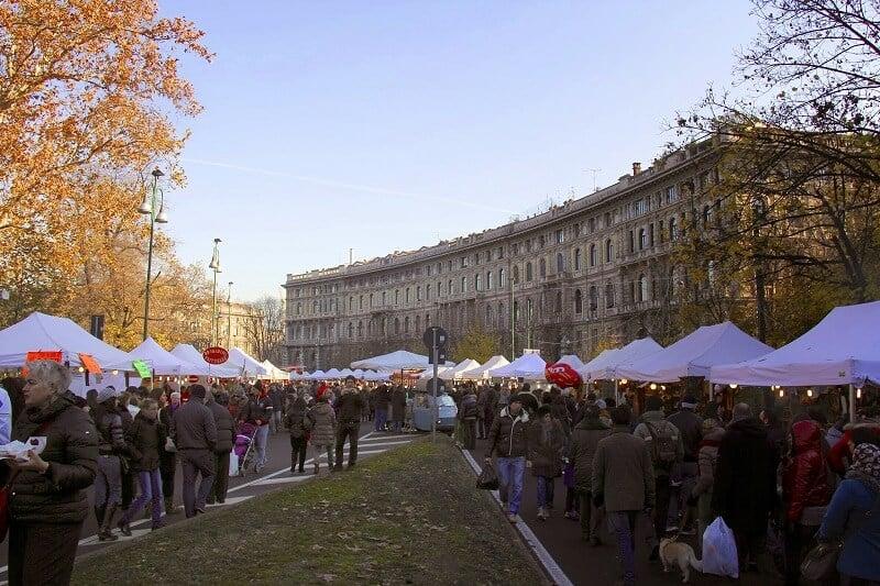 Pessoas no mercado de Natal Oh Bej Oh Bej em Milão