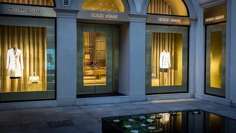 Lojas de marca no quadrilátero da moda em Milão