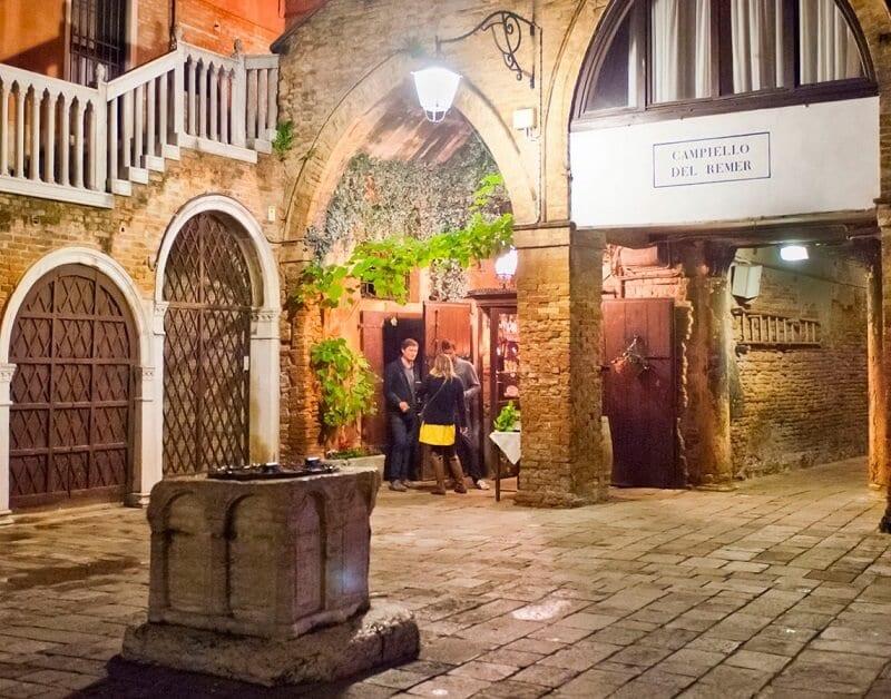 Entrada do restaurante Taverna Al Remer em Veneza