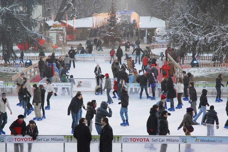 Pessoas patinando no gelo no Villagio delle meraviglie
