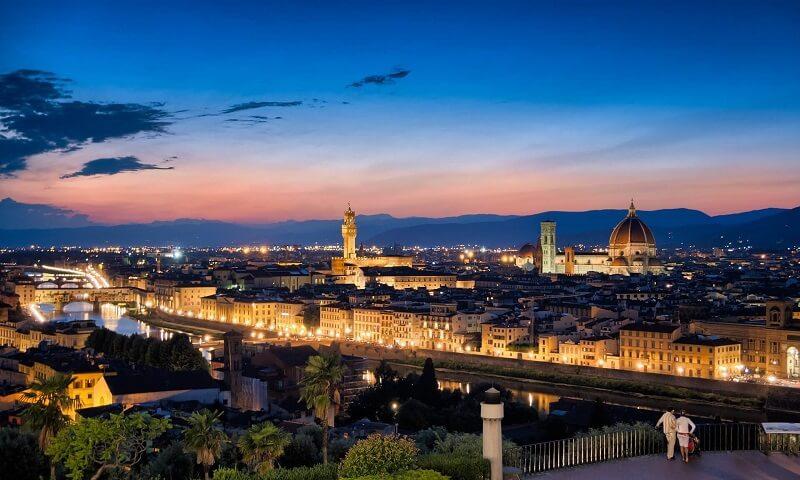 Vista da cidade de Florença ao enoitecer