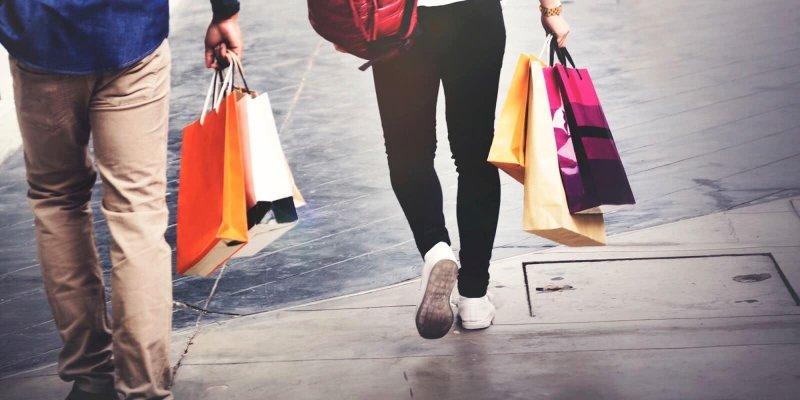 Homem e mulher segurando sacola de compras