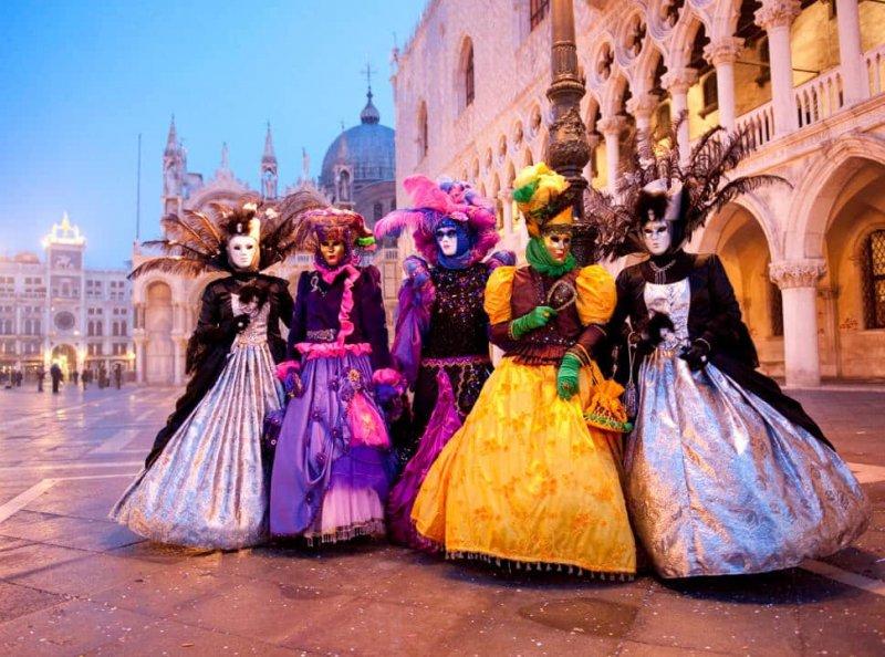 Pessoas fantasiadas durante carnaval na Itália