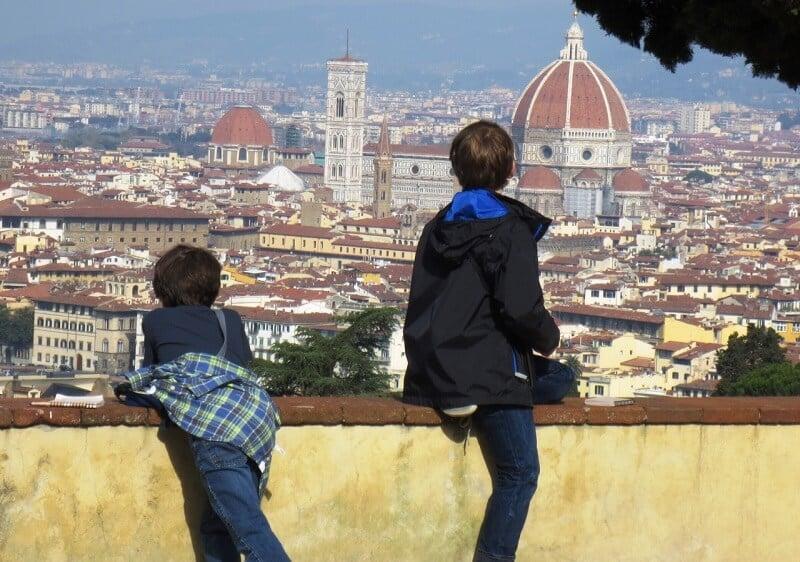 Crianças e Florença de fundo