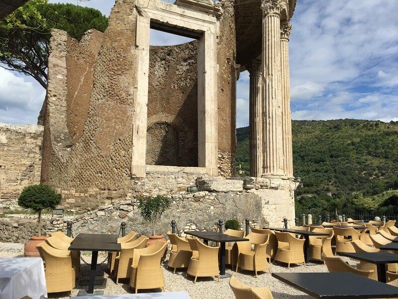 Ristorante Sibilla e Templo de Vesta no fundo