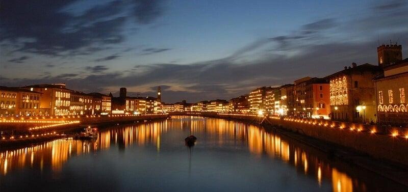 Rio Arno iluminado por velas