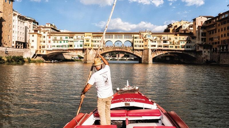 Passeio de barco no rio Arno em Florença