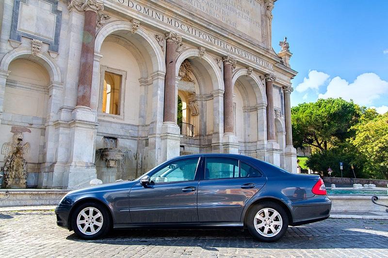 Carro parado em rua de Roma