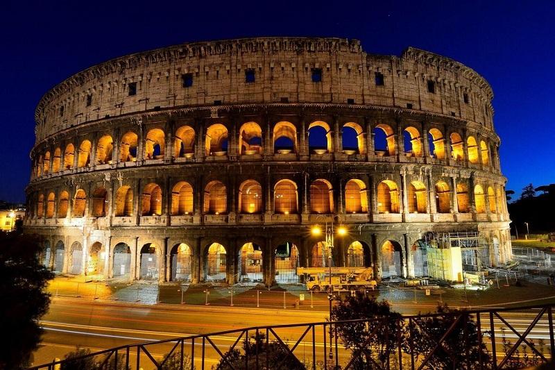 Coliseu em Roma iluminado durante a noite