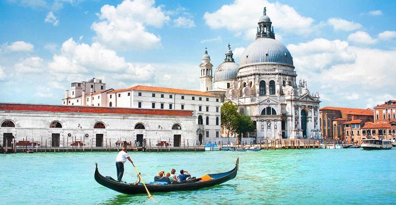 Passeio de gôndola no Gran Canal em Veneza