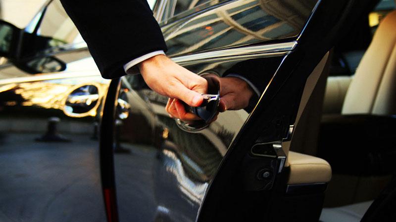 Homem abrindo porta de carro