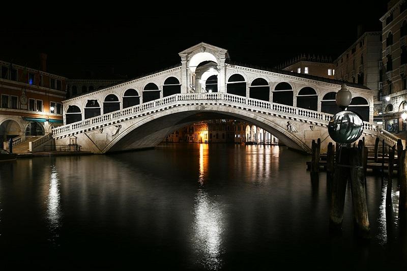 Ponte de Rialto em Veneza iluminada durante a noite