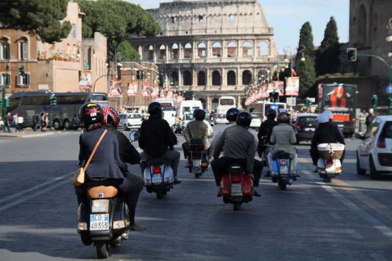 Grupo andando de moto em Roma