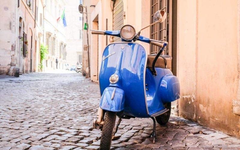 Moto parada em rua