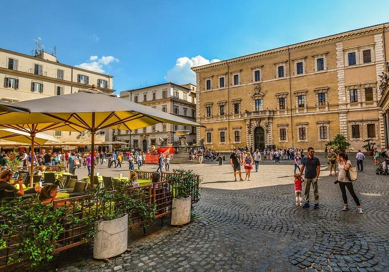 Pessoas no bairro Trastevere em Roma