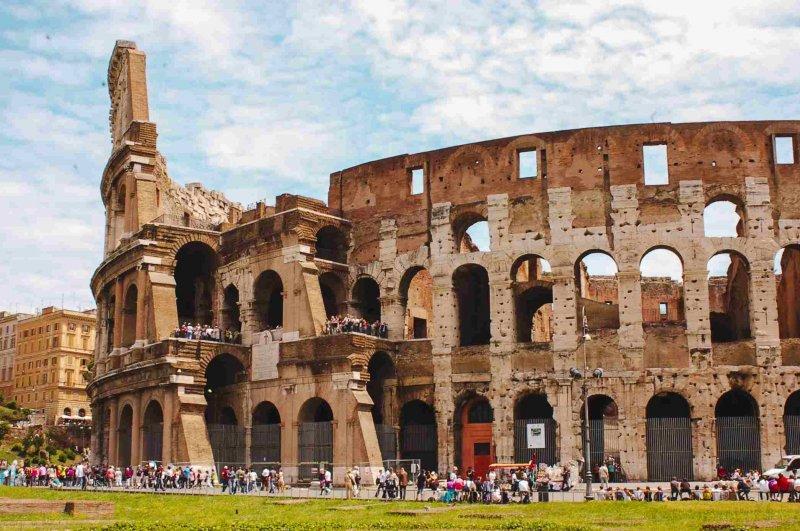 Visitantes no Coliseu em Roma