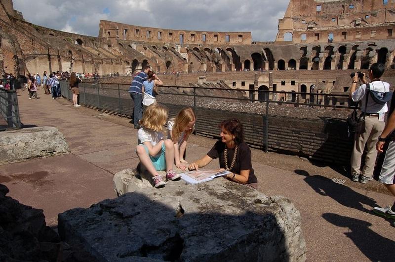 Visitantes no Coliseu de Roma na Itália