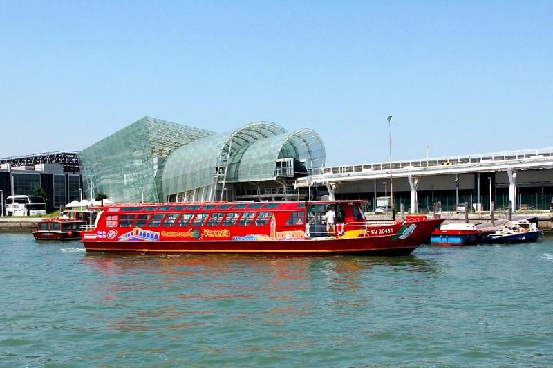 Barco turístico em Veneza