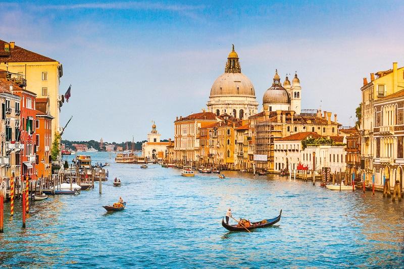 Gôndolas no Grand Canal em Veneza