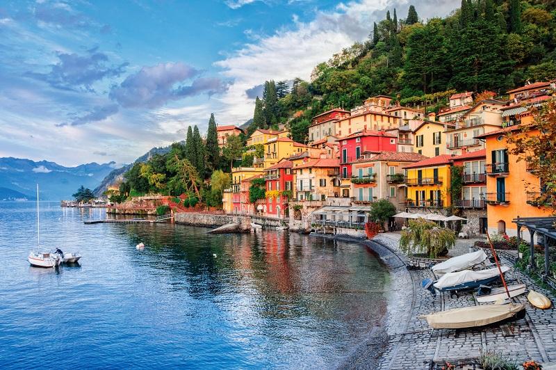 Cidade à margem do Lago de Como