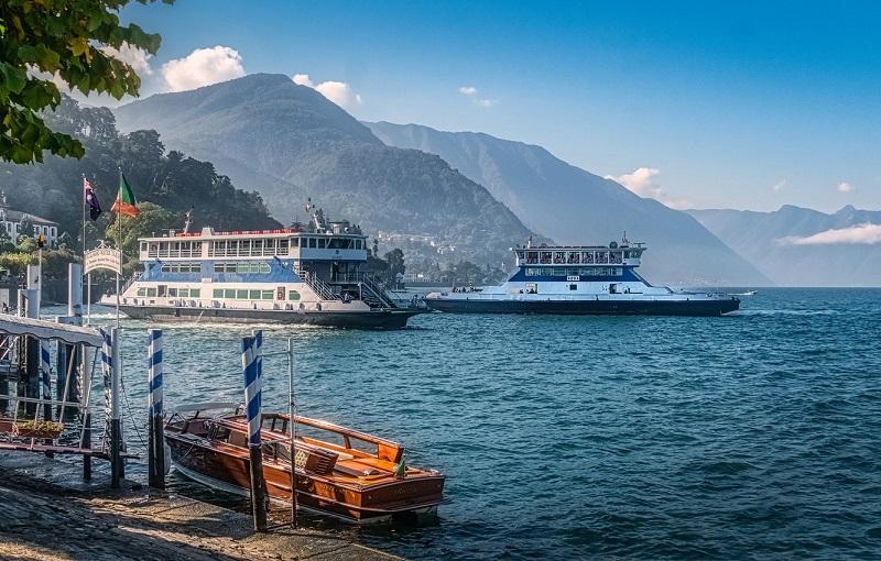 Embarcações no Lago de Como na Itália