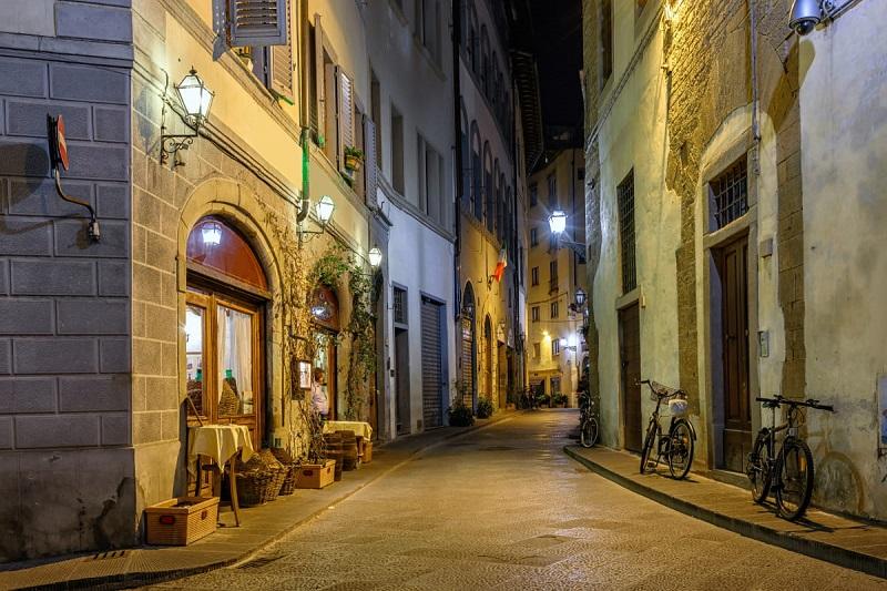 Rua em Florença à noite