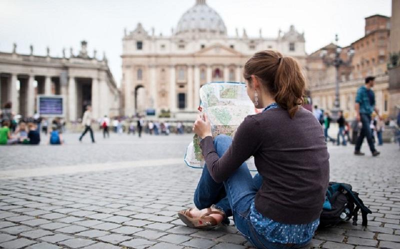 Visitante olhando mapa em Roma na Itália