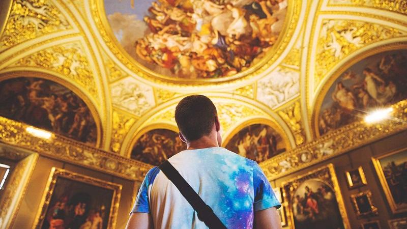 Visitante em ponto turístico da Itália