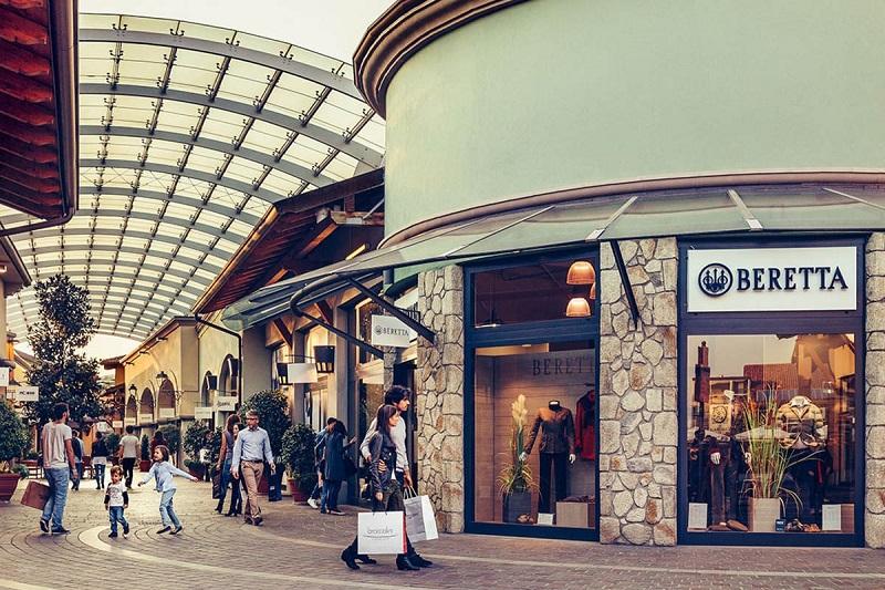 Lojas no Franciacorta Outlet Village em Milão
