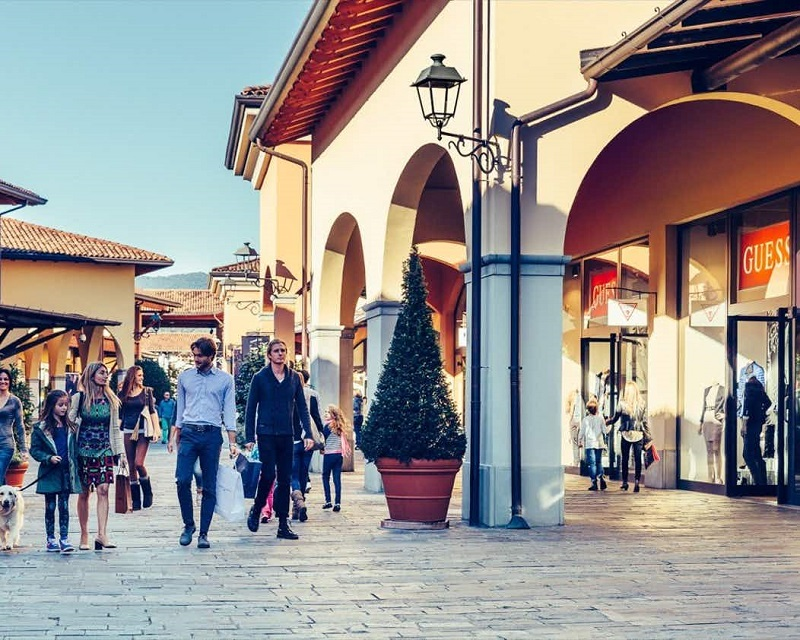 Visitantes no Franciacorta Outlet Village em Milão