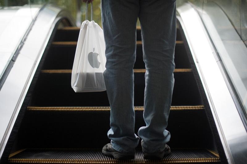 Homem com sacola da Apple