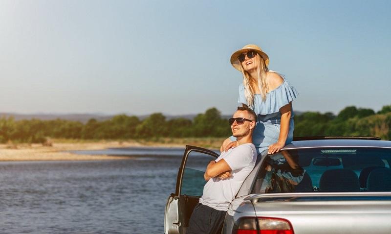Casal com carro alugado em Sardenha