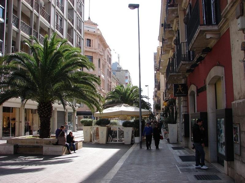 Pessoas na Via Sparano em Bari