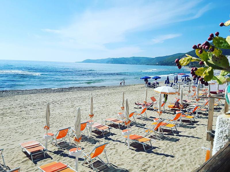 Praia na cidade de Acciaroli na Itália