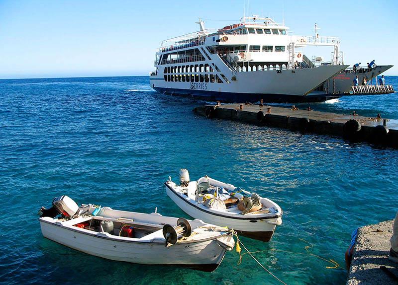 Embarcação no Porto de Ferry na Grécia