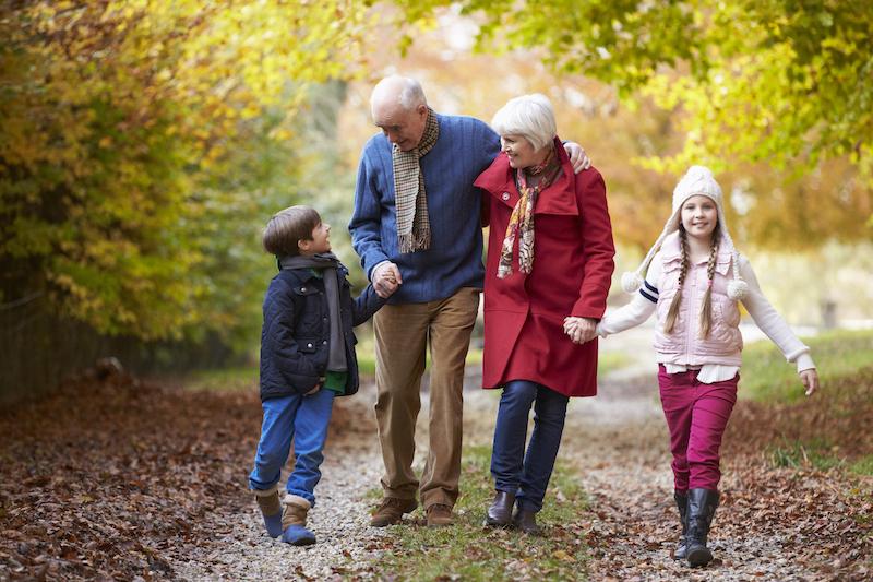 Avós e netos caminhando em Florença