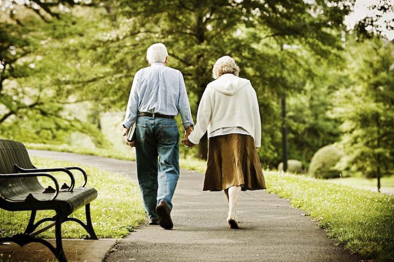 Casal de idosos passeando em Roma