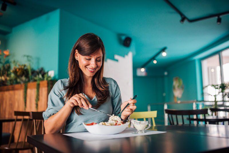 Comendo sozinha no restaurante em Florença