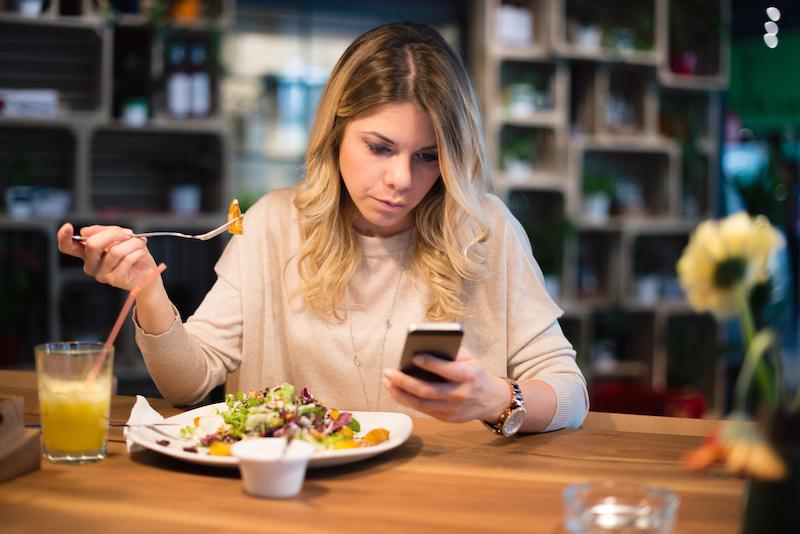 Comendo sozinho no restaurante em Veneza