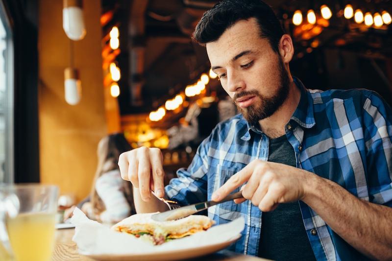 Comendo sozinho no restaurante em Roma