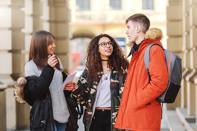 Pessoas conversando em Milão