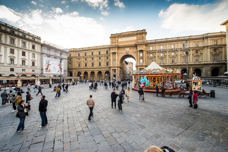 Pessoas na Piazza della Repubblica em Florença