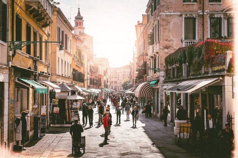 Rua de compras em Veneza